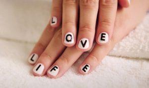 άσπρα νύχια μαύρα γράμματα nude νύχια glitter