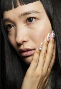 νύχια με μεγάλες άσπρες πέρλες
