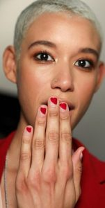 νύχια μισά κόκκινα μισά διάφανα γεωμετρικά σχέδια
