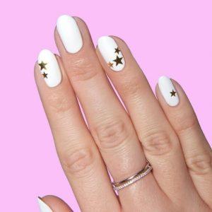άσπρα νύχια με χρυσά αστεράκια