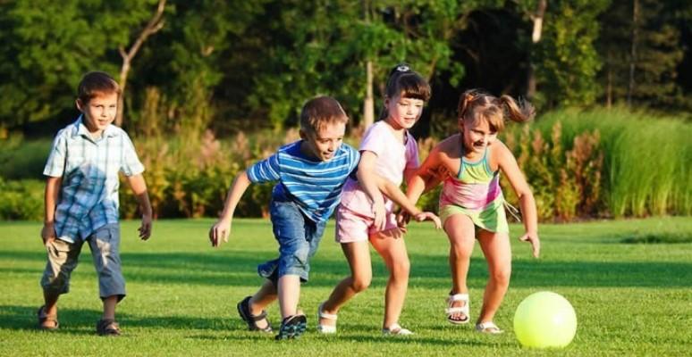 παιδιά παίζουν με μπάλα παιδική χαρά