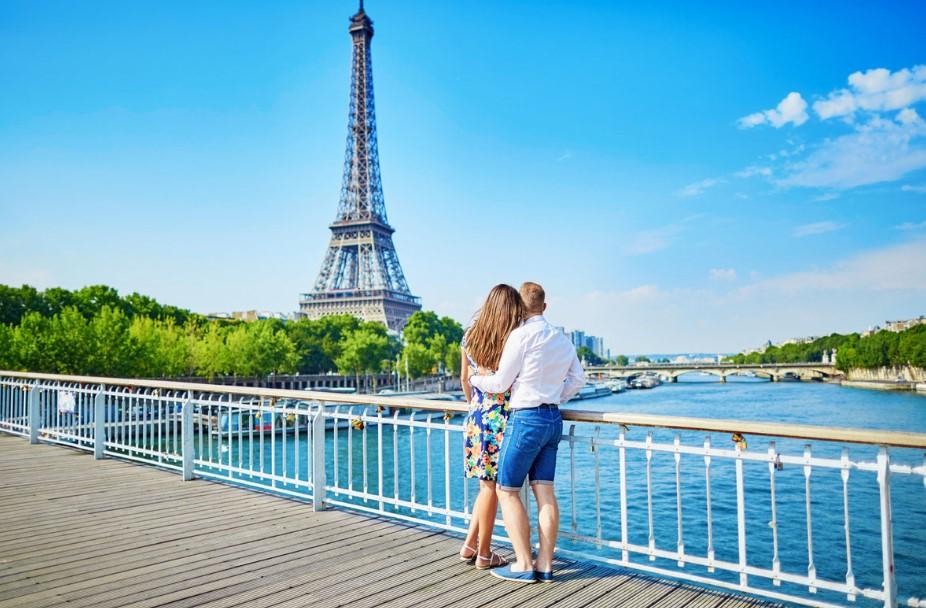 Παρίσι ζευγάρι κοιτάει Πύργο Άιφελ ρομαντικοί προορισμοί