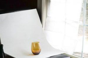 ποτήρι μπροστά από παράθυρο με πανί φυσικό φως φωτογραφίες