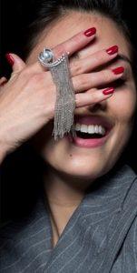 σκούρα κόκκινα νύχια