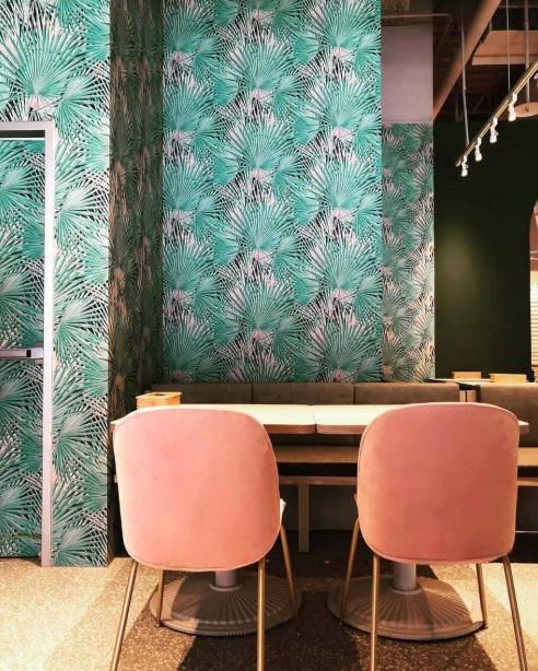 ταπετσαρία με τροπικό μοτίβο φύλλα φυτά ροζ καρέκλες