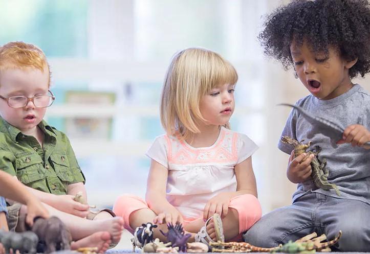 τρια παιδιά παίζουν με δεινόσαυρους φίλους παιδί
