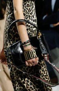τσάντα μαύρη δερμάτινη dior αξεσουάρ Χειμώνα 2020