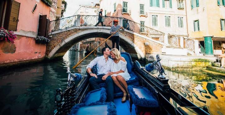 Βενετία γόνδολα ερωτευμένο ζευγάρι ρομαντικοί προορισμοί
