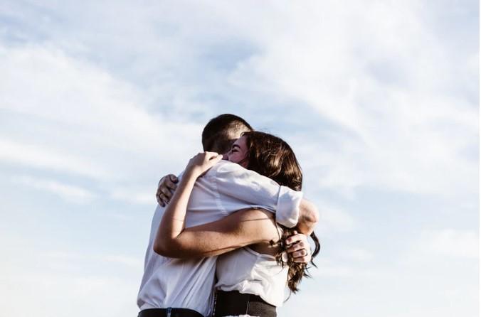 ζευγάρι αγκαλιάζεται ουρανός