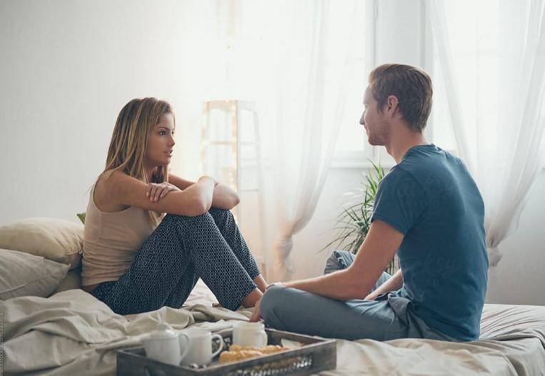 ζευγάρι μιλάει κάθονται στο κρεβάτι πετυχημένη σχέση