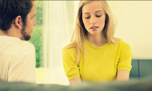 ζευγάρι μιλάει σοβαρά ξανθιά κοπέλα κίτρινη μπλούζα