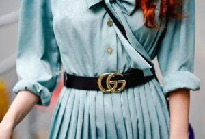 πλισέ φόρεμα γαλάζιο μαύρη ζώνη με αγκράφα στυλ ζώνης