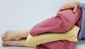 μαξιλάρι ανάμεσα στα πόδια για να μην νιώθεις πόνο στη μέση