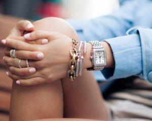 ασημί ρολόι με αξεσουάρ