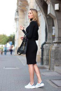 άσπρα sneakers μαύρο φόρεμα κολλητό must have φθινόπωρο