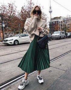 άσπρα sneakers πλισέ φούστα πλεκτό πουλόβερ