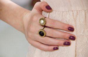 Δακτυλίδια σε χέρια- Κοσμήματα με κουμπιά
