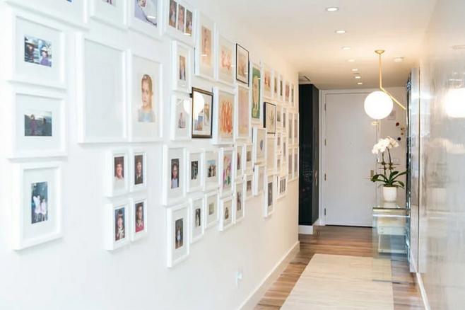Φωτοφραφίες σε λευκό τοίχο εισόδου