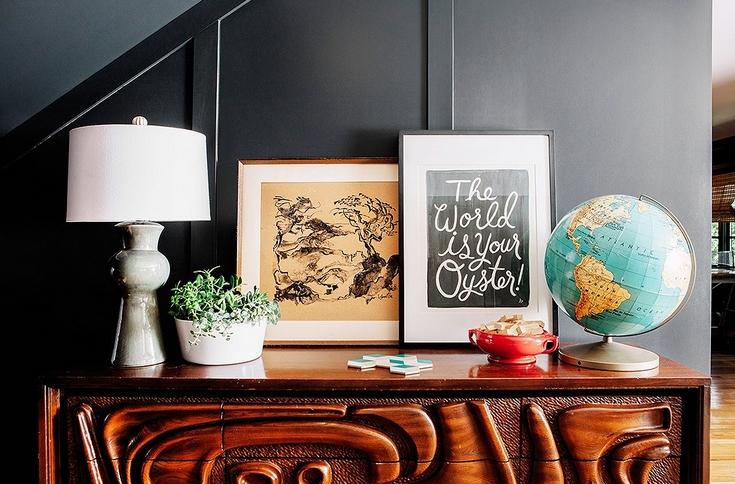Φωτογραφίες σε κάδρα σε ξύλινο έπιπλο