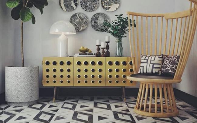 Περίεργη καρέκλα σε είσοδο του σπιτιού