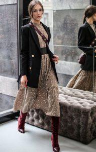 φλοράλ φόρεμα μαύρο σακάκι μπότες