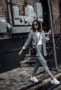 καρό σακάκι ασορτί παντελόνι sneakers φορέσεις φθινόπωρο γραφείο