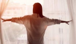 κοπέλα ανοίγει κουρτίνες φοράει πουκάμισο ανανεωθείς εσωτερικά εξωτερικά