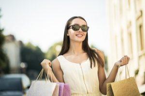 κοπέλα κρατάει σακούλες ψώνια