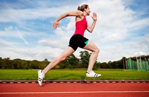 κοπέλα τρέχει έντονα γήπεδο κάψεις λίπος τρέξιμο