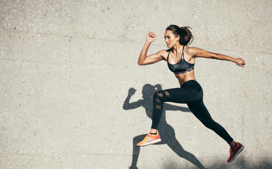 κοπέλα τρέχει μεγάλο βήμα μαύρο κολάν