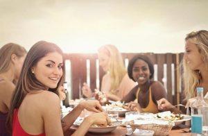 κορίτσια τρώνε σε εστιατόριο ανανεωθείς εσωτερικά εξωτερικά