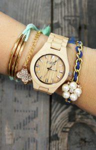ξύλινο ρολόι με αξεσουάρ