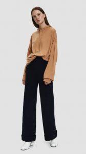 μαύρο παντελόνι με κάμελ μπλούζα