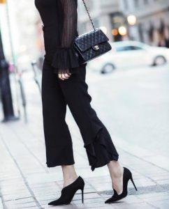μαύρο cropped παντελόνι βολάν στο τελείωμα