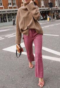 μπεζ πλεκτή μπλούζα κόκκινο παντελόνι