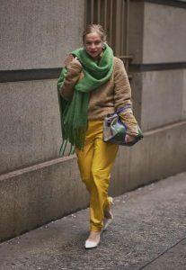 μπεζ πουλόβερ κίτρινο παντελόνι πράσινο κασκόλ