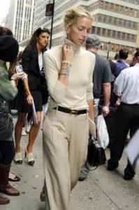 μπεζ παντελόνι μπλούζα σύνολο