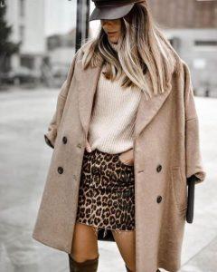μπεζ παλτό μπλούζα λεοπάρ κοντή φούστα