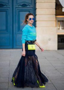 neon κίτρινη τσάντα και γόβες μαύρη μακριά φούστα