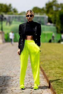 παντελόνα κίτρινη μαύρο σακάκι μπλούζα