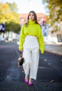 κίτρινο πουλόβερ άσπρη παντελόνα