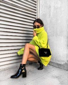 πουλόβερ φόρεμα μαύρο μποτάκι μαύρη τσάντα