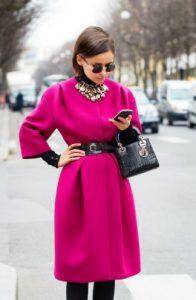 ροζ φουξ παλτό μαύρη ζώνη τσάντα neon χειμώνα