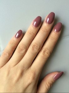 οβάλ νύχια σάπιο μήλο χρώματα νυχιών φθινόπωρο