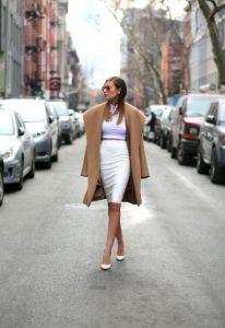 pencil φούστα λευκή άσπρες γόβες μπεζ παλτό