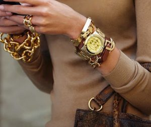 ρολόι με καφέ-χρυσά αξεσουάρ