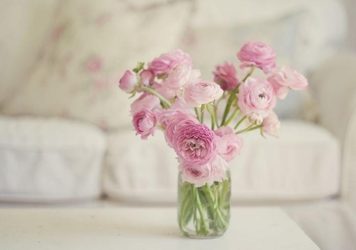 Ροζ λουλούδια σε βάζο
