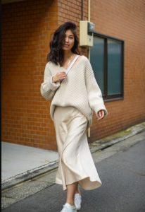εμφάνιση στα μπεζ φούστα μπεζ μπλούζα μπεζ ρούχα χειμώνα
