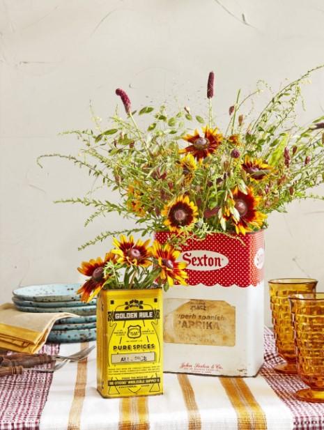 λουλούδια σε vintage βάζο διακόσμηση σπιτιού φθινόπωρο