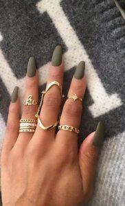 χακί ματ μακριά νύχια χρυσά δαχτυλίδια